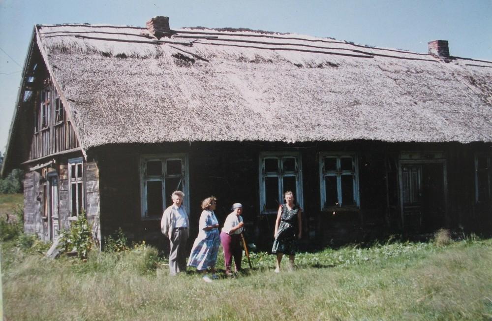 E.Gerulytė (trečia iš kairės) su svečiais prie savo namo Vabalų kaime.