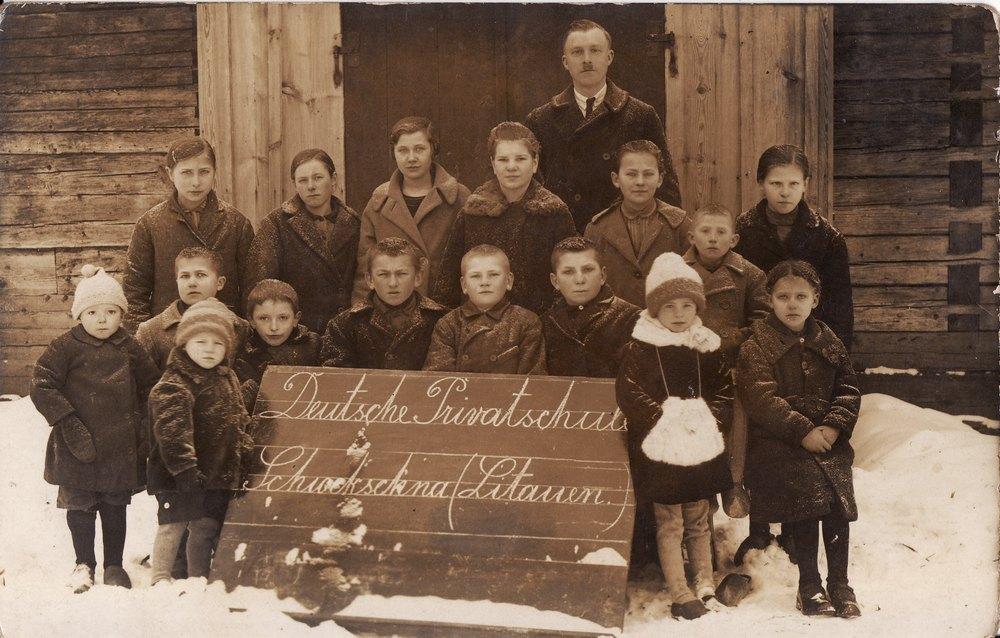 Parapijiečiai. Pirma iš kairės mergina Marta Endrulytė Gančerauskienė