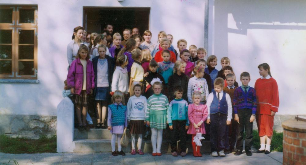 Pirmieji Kintų dailės mokyklos mokiniai, jų mokytojai ir tėvai 1995 rugsėjo pradžioje.