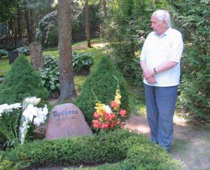 B.Aleknavičius prie Vydūno kapo Bitėnų kapinaitėse.