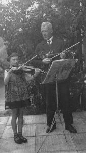 Būsimoji profesorė K. Kalinauskaitė jos pirmasis smuiko mokytojas Paul Rautenberg.