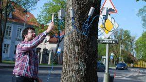 Fitopatologas dr. Remigijus Bakys skenuoja Šilutės medžius. Lijanos Jagintavičienės nuotrauka.