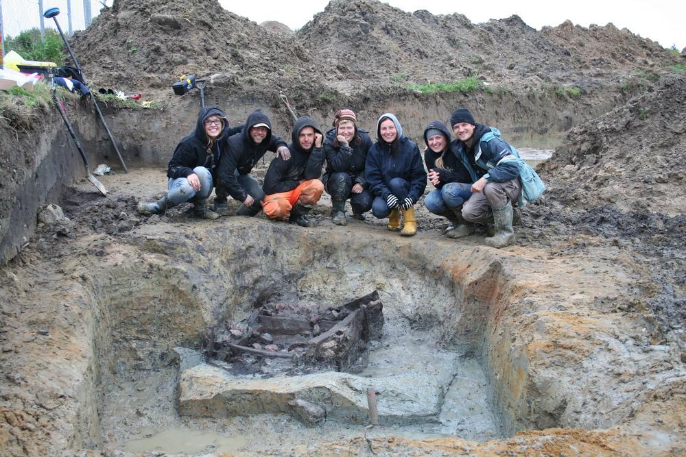 Žardės gyvenvietės archeologinių tyrimų komanda 2011 m. IŠ kairė: R.Nabažaitė, E.Abromavičius, E.Ubis, R.Bračiulienė, I.Masiulienė (tyrimų vadovė), I.Šimkutė, R.Kraniauskas. Nuotrauka iš I.Masiulienės asmeninio archyvo.
