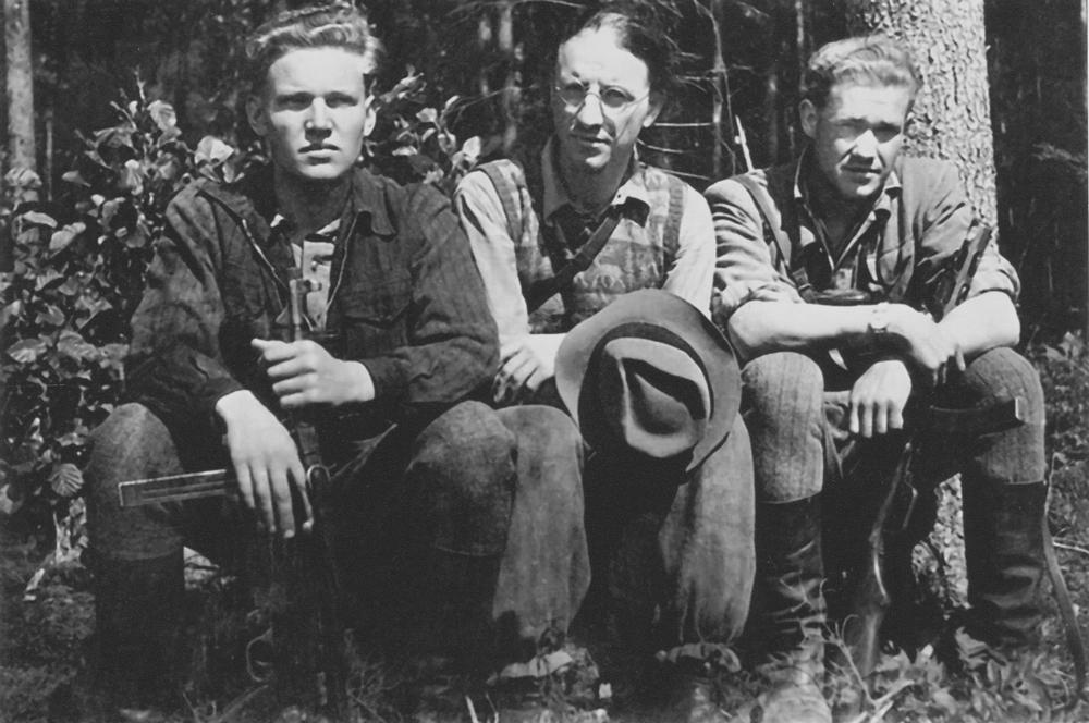 B.Kricikas (viduryje) su Pilėnų tėvonijos vadu Stepu Giedrikiu - Giriečiu (dešinėje) ir Alfonsu Valentėliu - Bankininku Vailokaičiu 1951 m. Biržų girioje vasarą. Tokių buvo tūkstančiai - vyrijos žiedas. Visi trys netrukus žus išduoti savų.