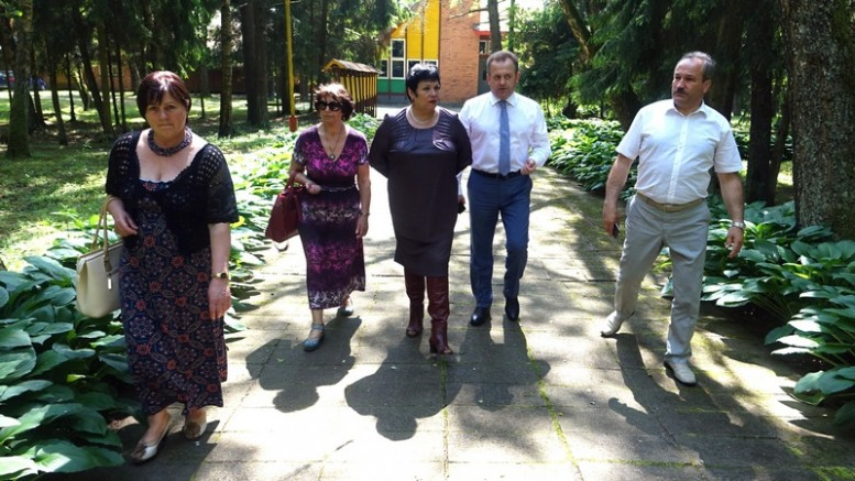 Švietimo ir mokslo ministrę A.Pitrėnienę (viduryje) lydėjo ir apie esamą padėtį pasakojo (iš kairės): Švietimo skyriaus vedėja Birutė Tekorienė, šio stovyklos vadovė Birutė Agdžan, Seimo narys A.Skardžius iš Šilutės rajono meras V.Laurinaitis.