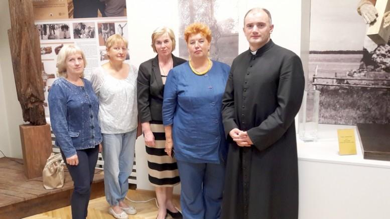 Po parodos atidarymo: antra iš dešinės - Vincento vaikaitė R.Bartuševičiutė Bartkienė.