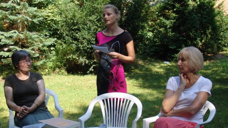 Iš kairės: straipsnio autorė R.Palijanskaitė, diplomantė E.Tičkutė-Rupšlaukienė ir prof. R.Bončkutė vydūniečių stovykloje 2013 metų vasarą Bitėnuose.