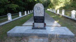 Atnaujintas holokausto aukų paminklas Inkaklių miške.