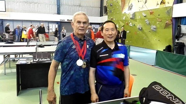 Tarptautinio turnyro Taline trigubi prizininkai Jonas Piekautas ir naujasis pamariškių pažįstamas Ding Yi.