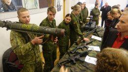 Nors buvo kalbama apie informacinį karą, savanoriai pademonstravo ir turimą Lietuvos kariuomenės ginkluotę.