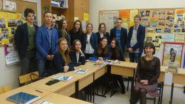 Šilutės Vydūno gimnazijos 4k klasė ir jų anglų kalbos mokytoja L.Kučinskienė.