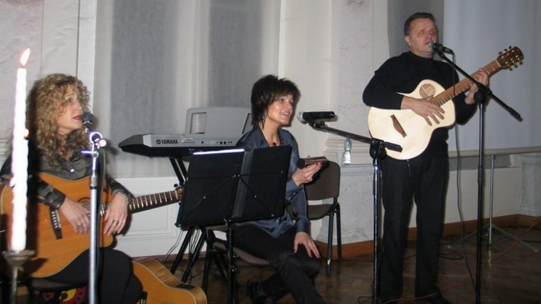 """L.Kašėtienė, Ž.Adomaitienė ir A.Nausėda. """"Šilianės krašto"""" archyvinė nuotrauka."""