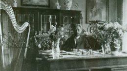 Vydūnas Tilžėje, prie savo darbo stalo.