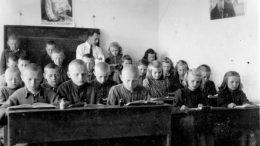 Mokytojas J.Kalvaitis ir jo mokiniai 60-tame praėjusio amžiaus dešimtmetyje Mantvyduose.