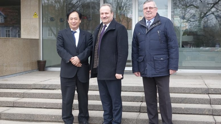 Iš kairės: Japonijos ambasadorius Jo ekscelencija ponas Toyoei Shigeeda, Šilutės rajono meras V.Laurinaitis ir mero pavaduotojas A.Bekeris.