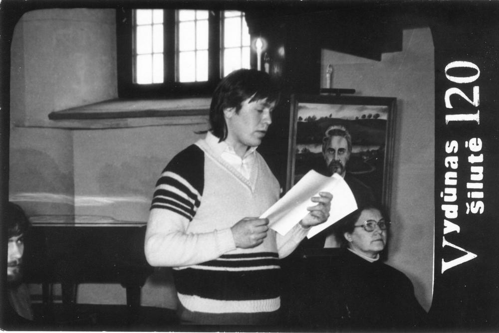 Vydūno draugijos steigimo susirinkimas Kintuose 1988 m. gegužės 8 d. Pranešimą skaito K.Budginas.