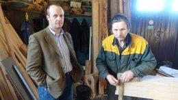 Simas Knapkis ir Viktoras Spiridonas Belokopytovas prie pradėto statyti laivo.