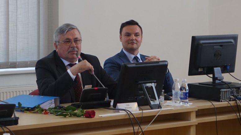 Posėdžiui pirmininkavęs mero pavaduotojas A.Bekeris. Šalia - tarybos sekretorius Andrius Jurkus.