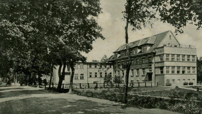 Šilutės ligoninė su 1920-1921 metais pastatytu priestatu. 1892 metais buvo pastatytas tik vieno aukšto pastatas.