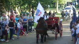 Šventės vėliavą atvežė bei pakėlė geriausia Švėkšnos abiturientė Urtė Paldauskaitė.