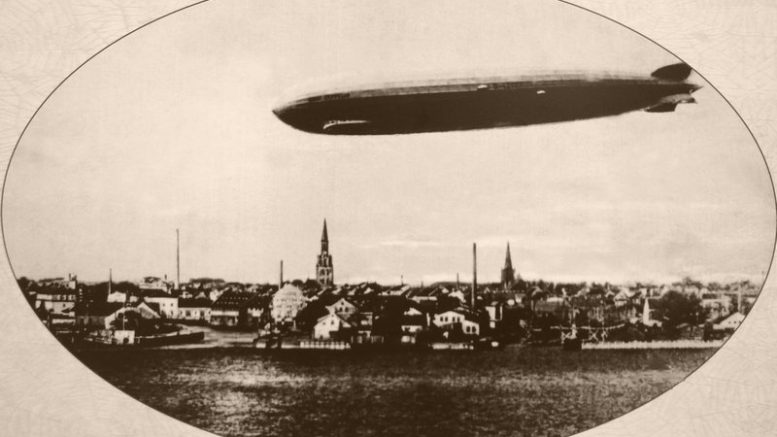 """D-LZ-127 """"Graf Zeppelin"""" virš Klaipėdos senamiesčio 1930 rugsėjo 24 d., 6 val., 15 min. Lietuvos Jūrų muziejaus vaizdų rinkinys."""