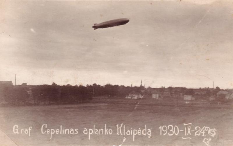 """""""Grafas Cepelinas aplanko Klaipėdą"""" 1930 m. rugsėjo 24 d. Iš Gedimino Žulio nuotraukų rinkinio."""