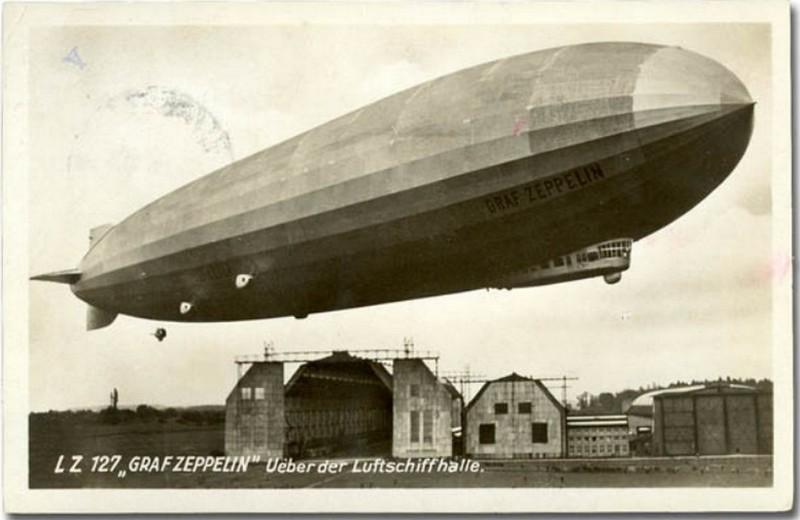 Orlaivis LZ 127 Graf Zeppelin virš Fridrichshafeno oro laivų statyklos pastatymo metais (1928 m.) Karaliaučiaus Devau oro uostas 1930 metų rugsėjo 24 diena. Kaliningrado krašto muziejaus rinkinys.