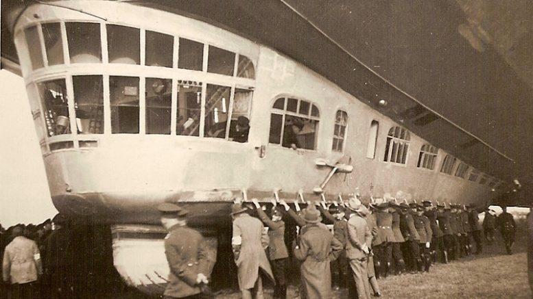 Orlaiviui saugiai nusileisti reikalingas būrys pagalbininkų. Kaliningrado krašto muziejaus rinkinys.