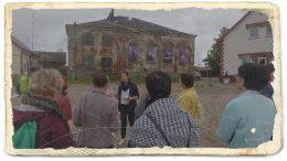 Muziejininkė M.Žąsytienė pasakoja apie Švėkšnos žydų sinagogą.