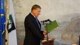 Padėjęs ranką ant Lietuvos respublikos Konstitucijos, Tarybos narys V.Pavilonis prisiekia gerbti ir vykdyti Lietuvos Respublikos Konstituciją ir įstatymus.