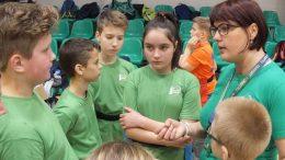 """Jauniesiems regbininkams patarimus dalina komandos """"Šilutės regbis"""" vadovė A.Minkevičiūtė (dešinėje). Autoriaus nuotrauka."""
