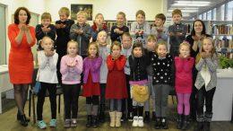 Pagėgių savivaldybės Pagėgių pradinės mokyklos 2 klasės mokiniai ir mokytoja Aušra Majoravičienė.