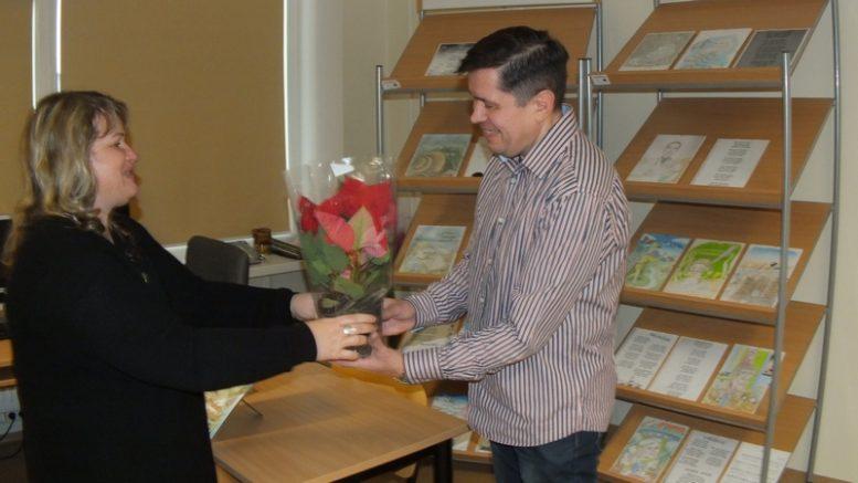Pasibaigus susitikimui šventės organizatoriai dėkojo dailininkui ir artėjant gražiausiai metų šventei, Kalėdoms dovanojo kalėdinę gėlę.