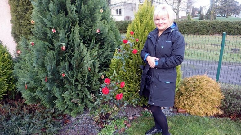Kintiškė D.Kačiuškevičienė ir jos rožės.