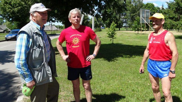 M.Urmulevičius pirmas iš kairės, centre - Švėkšnos seniūnas Alfonsas Šeputis ir Bronius Venclova bėgimo šventėje Inkakliuose. E.Lukošiaus nuotrauka.