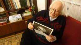 B.Aleknavičius skaito V.Mesingo įrašą nuotraukoje.