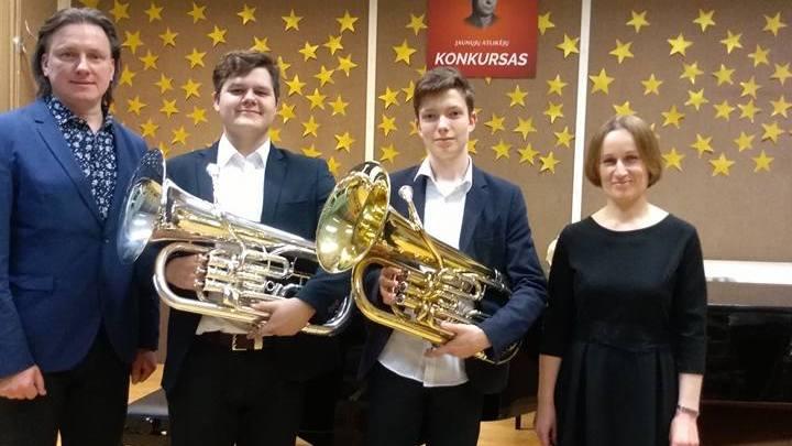 Šilutiškiai laureatai K.Nognius (antras iš kairės) ir A.Kmita (trečias) su savo mokytoju G.Raila ir koncertmeistere G.Augaityte.