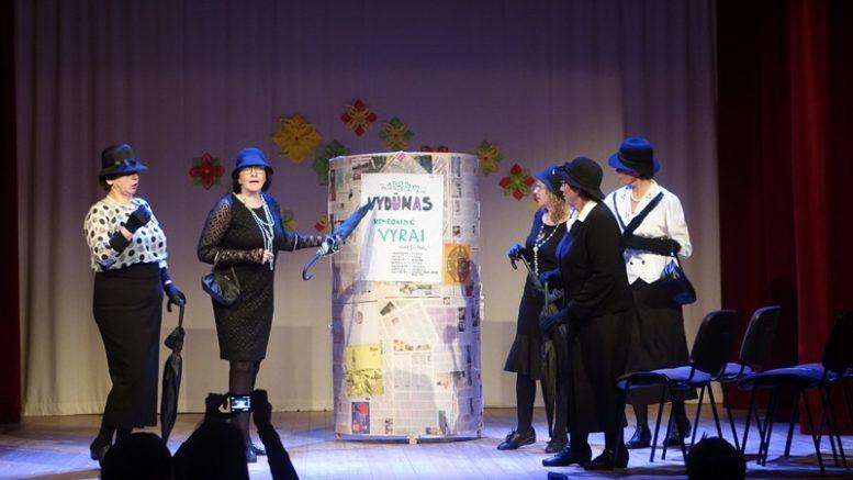 """Usėnų etnografinio teatro spektaklis """"Vyrai"""". Vadovė ir režisierė Jūratė Daugalienė."""