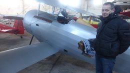 R.Jurkštas ir jo pastatyta Pirmojo pasaulinio karo lėktuvo kopija.