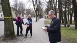 Šilutės seniūnas R.Steponkus ir jo darbuotojai.