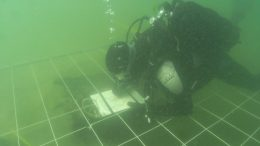 Neskendusį prie Šventosios laivą tyrinėja archeologas. 2009 m.