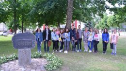 Plenero dalyviai prie prieš 30 metų sodinto ąžuoliuko ir paminklo Vydūnui Kintuose.