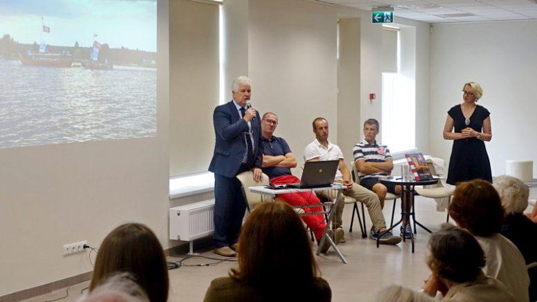 Knygos sutiktuvių akimirka. Iš kairės: S.Paltanavičius, R.Adomavičius, S.Knapkis, U.Knapkis, D.Kandrotienė.