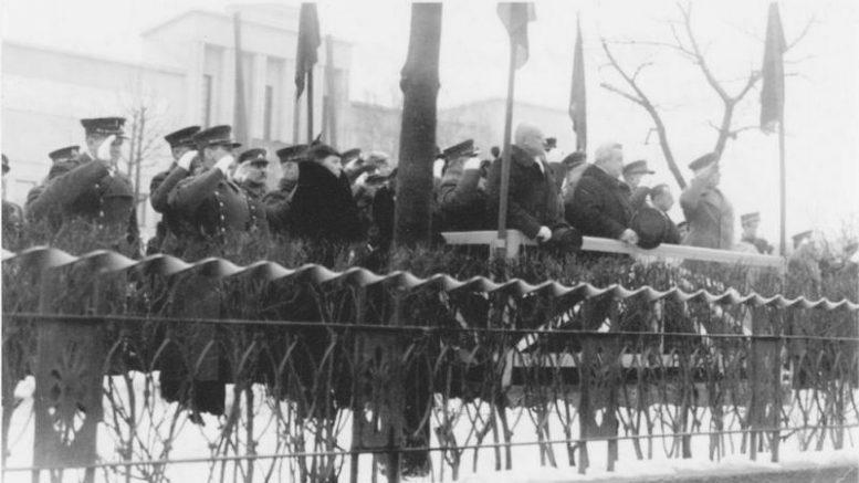 Paskutinis Vasario 16 minėjimas Kaune 1940 m. Karo muziejaus sodelyje įrengtoje tribūnoje matosi  Ministras pirmininkas Vladas Mironas, susisiekimo ministras Jokūbas Stanišauskas. Abu po kelerių metų rusų nugalabyti.