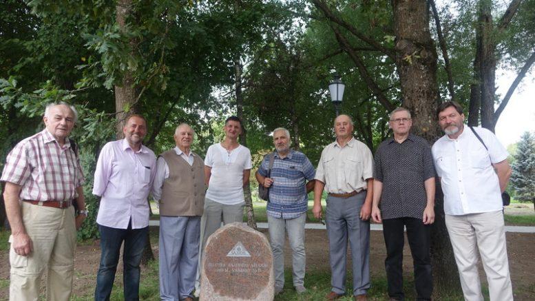 Šilutės sąjūdžio iniciatyvinės grupės nariai prie 1989 metų vasario 16-tą sodintų ąžuoliukų.