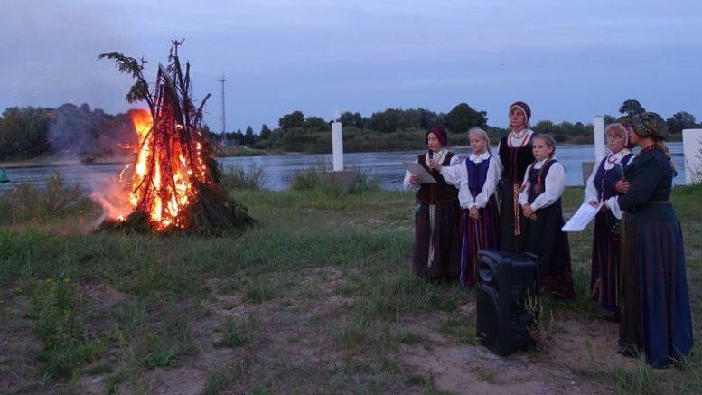 """Rusniškės Dalios Kubilienės vadovaujamas folkloro kolektyvas """"Sklada""""."""