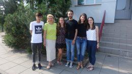 """Projekto """"We do it together"""" dalyviai. Iš kairės: Jonathan Him Shun, Danguolė Zaicevienė, Saugų vaikų globos namų direktoriaus pavaduotoja, Greta Baldauskaitė, Amine Mahjoub, Irem Ozkan ir Julieette Hamery."""