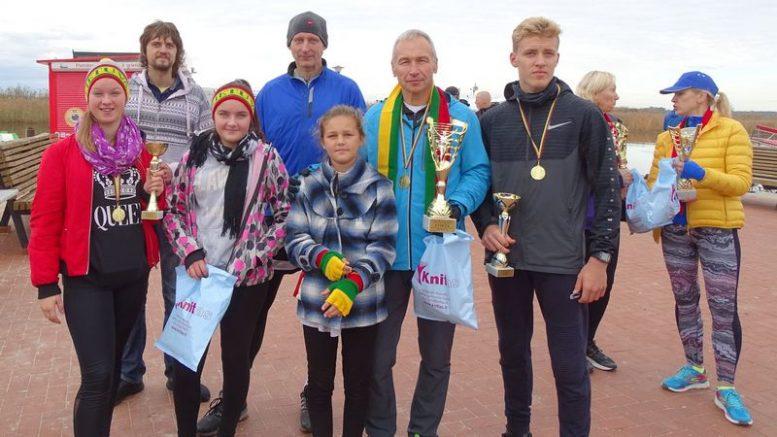 Šilutiškių bėgimo komanda dalyvavusi tradiciniame pagarbos bėgime Drevernoje (pirma iš kairės Karina Šimkutė su iškovota taure, Justas Budrikas su taure pirmas iš dešinės ir Romas Škadauskas su taure antras iš kairės).