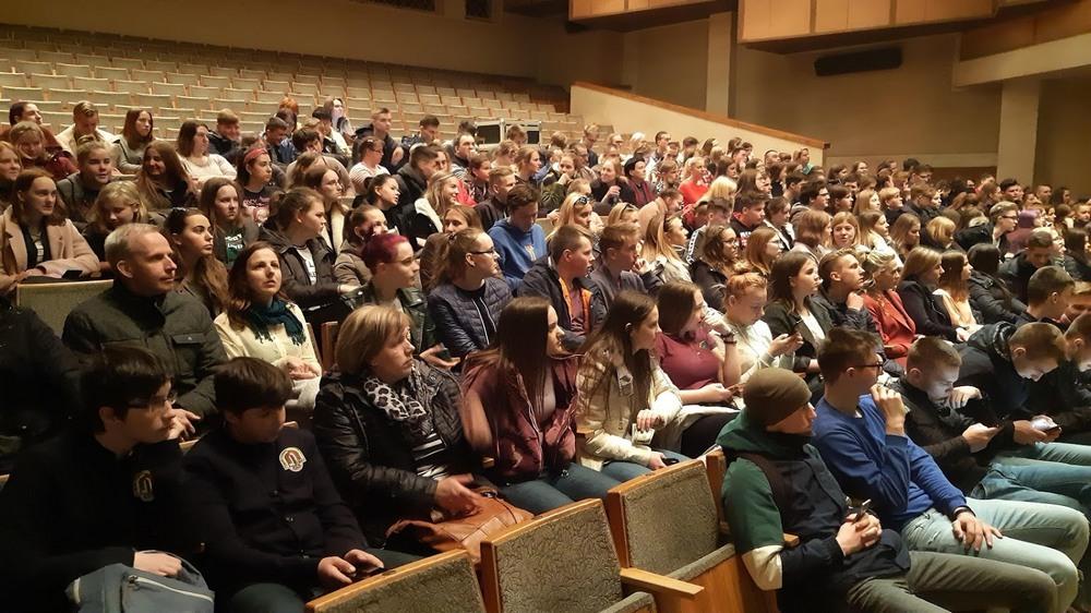 Šilutės gimnazistai pasirengė žiūrėti spektaklį.