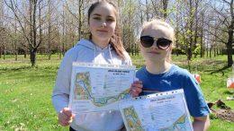 Motinos dienos šventės iniciatorės Lukrecija Lukošiūtė ir Augustė Macaitė su naujuoju orientavimosi sporto žemėlapiu.